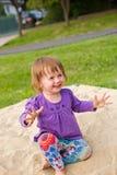Jong babymeisje in de speelplaats. Royalty-vrije Stock Afbeelding