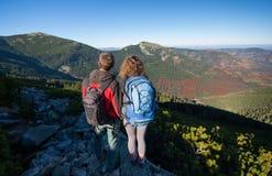 Jong backpackerspaar die van mooi landschap genieten Stock Foto