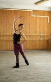 Jong balletmeisje bij de klasse van de balletschool Stock Afbeelding