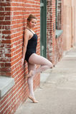 Jong balletmeisje en de oude bouw royalty-vrije stock foto's