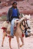 Jong Bedouin het berijden paard Stock Foto's