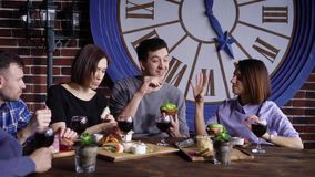 Jong bedrijf die diner hebben samen bij restaurant stock videobeelden