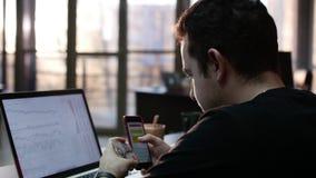 Jong bedrijfsmensen online bankwezen die smartphone gebruiken die online met creditcard bij bureaulevensstijl winkelen Online ban stock videobeelden