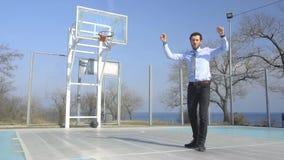 Jong bedrijfsspelbasketbal stock videobeelden