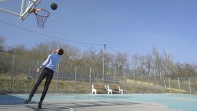 Jong bedrijfsspelbasketbal stock video