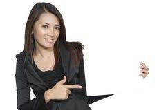 Jong bedrijfsvrouwen donkerbruin gebaar aantrekkelijk tonend leeg s Stock Fotografie