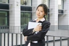 Jong bedrijfsvrouwen woth dossier Royalty-vrije Stock Foto