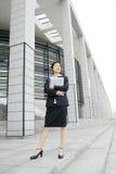 Jong bedrijfsvrouwen woth dossier Royalty-vrije Stock Afbeelding
