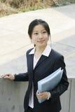 Jong bedrijfsvrouwen woth dossier Royalty-vrije Stock Afbeeldingen