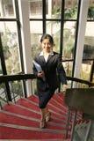 Jong bedrijfsvrouwen woth dossier Stock Afbeelding
