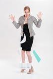 Jong bedrijfsvrouwenblonde in zwarte kleding gelaten vallen omslag van pap Royalty-vrije Stock Afbeeldingen