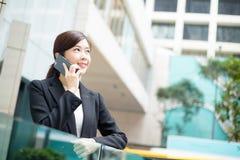 Jong bedrijfsvrouwenpraatje op mobiele telefoon royalty-vrije stock afbeelding