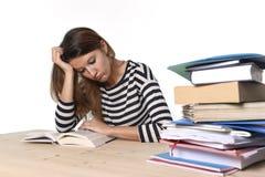 Jong beklemtoond studentenmeisje die en MBA-testexamen in vermoeid en overweldigde spanning bestuderen voorbereiden Stock Foto