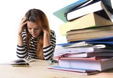 Jong beklemtoond studentenmeisje die en MBA-testexamen in vermoeid en overweldigde spanning bestuderen voorbereiden stock afbeelding