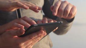 Jong bemant handenaanraking een tablet stock footage
