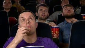 Jong bemant het letten op film bij bioskoop: thriller stock video