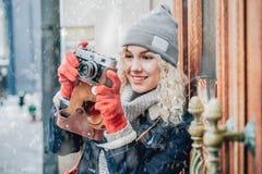 Jong blond krullend wijfje die een foto schieten stock fotografie