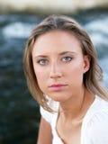 Jong blond vrouwenportret in openlucht met water Stock Foto's
