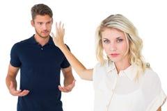 Jong blonde die aan vriend luisteren niet Stock Afbeelding