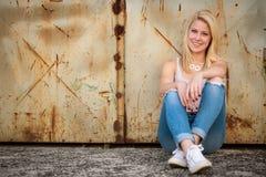 Jong blonde Kaukasisch meisje alleen op een straat Stock Afbeelding