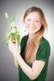 Jong blonde meisje met tulpen Royalty-vrije Stock Foto's