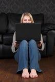 Jong blonde meisjes sociaal voorzien van een netwerk online thuis Stock Fotografie