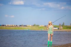 Jong blondemeisje die op boot in meer vissen Royalty-vrije Stock Afbeelding