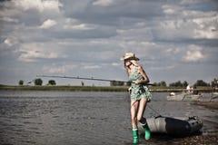 Jong blondemeisje die op boot in meer vissen Royalty-vrije Stock Fotografie