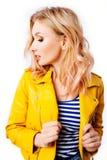 Jong blondemeisje met een origineel kapsel en een heldere professionele make-up stock afbeelding
