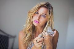 Jong blondemeisje met parfumfles Royalty-vrije Stock Afbeelding