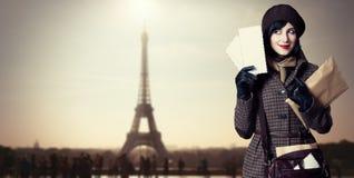 Jong brievenbestellermeisje met post Foto in oude kleurenstijl met bokeh royalty-vrije stock afbeelding