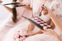 Jong bruidsmeisje die het palet van rouge houden Stock Foto