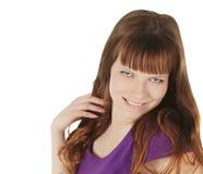 jong brunette in magentakleding het stellen over wit Stock Afbeelding