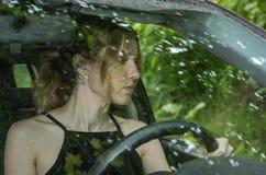 Jong charmant meisje die een auto drijven Stock Foto