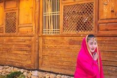 Jong Chinees meisje met een oude kleding in de straten van Lijiang Yunnan, China stock fotografie
