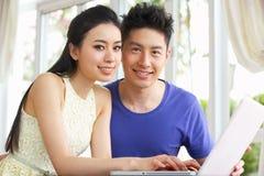 Jong Chinees Paar en thuis het Gebruiken van Laptop royalty-vrije stock fotografie