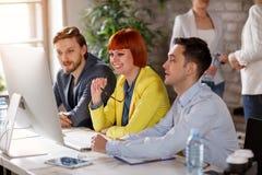 Jong commercieel team in bureau stock afbeelding