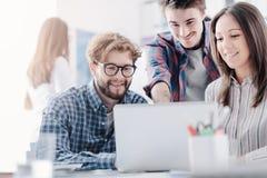 Jong commercieel team die een project bespreken royalty-vrije stock afbeeldingen