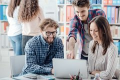 Jong commercieel team die een project bespreken stock afbeeldingen