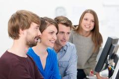 Jong commercieel team die een vergadering hebben Stock Foto's