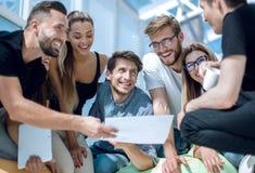 Jong commercieel team die het financiële plan van het nieuwe project bespreken stock foto's