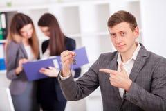 Jong commercieel team die kleverige nota's over het het werkbureau binnen aflezen Stock Foto's