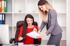 Jong commercieel team die kleverige nota's over het het werkbureau binnen aflezen Stock Afbeeldingen