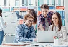 Jong commercieel team die samenwerken stock afbeeldingen