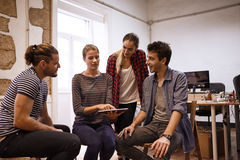 Jong commercieel team die tablet bekijken Stock Afbeeldingen