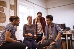 Jong commercieel team in een semi cirkel Royalty-vrije Stock Fotografie