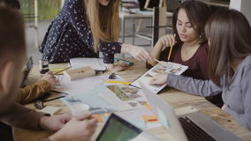 Jong creatief commercieel team in modern bureau Multi-etnische groep die mensen aan architectuurontwerp samenwerken Royalty-vrije Stock Foto's