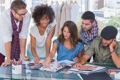 Jong creatief team die samenwerken Stock Afbeeldingen