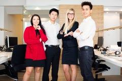 Jong Creatief Team In Their Office Royalty-vrije Stock Foto's