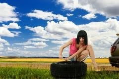 Jong de autowiel van de vrouwenreparatie Royalty-vrije Stock Foto